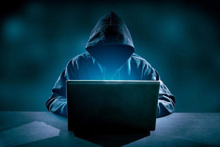 un hacker con un ordenador portátil