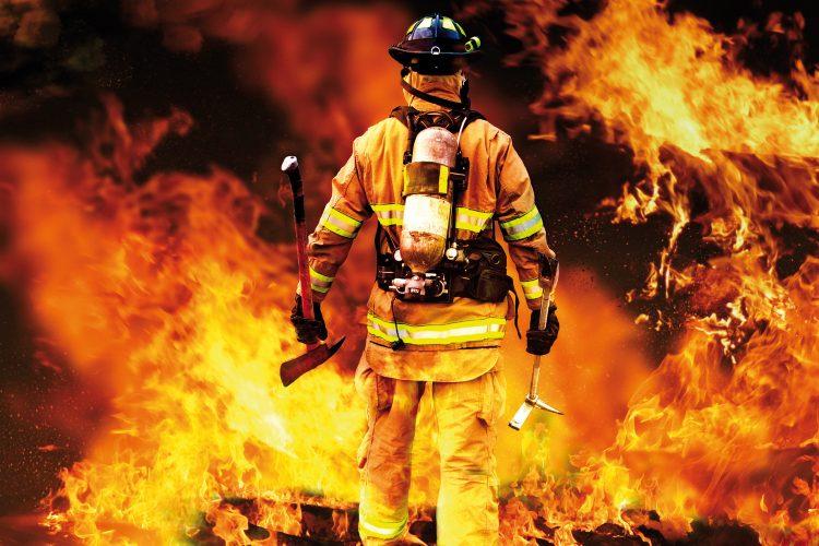 Bombero en incendio.